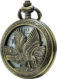 águila tallada en la tapa de un reloj de bolsillo de latón
