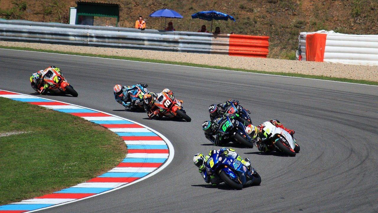 motociclistas en plena carrera