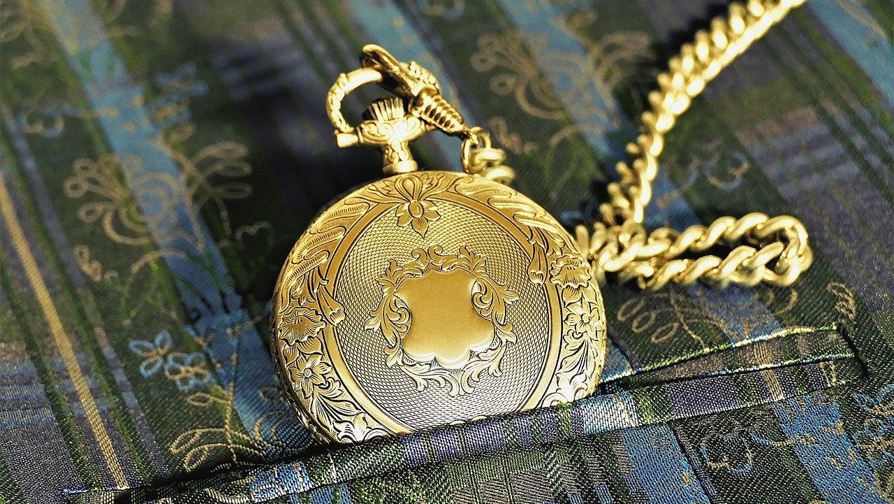 reloj dorado con tapa y cadena