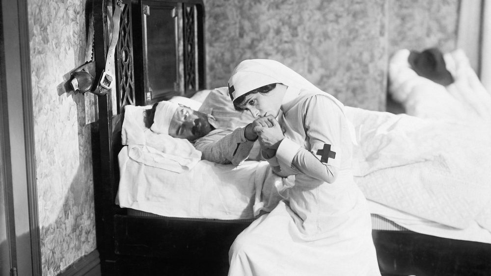 enfermera cristiana rezando por un paciente enfermo
