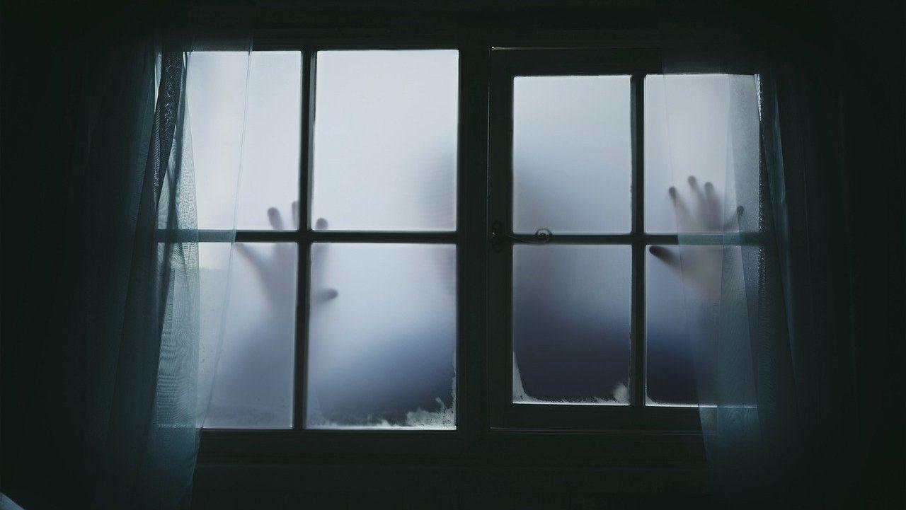 manos misterioras o terroríficas