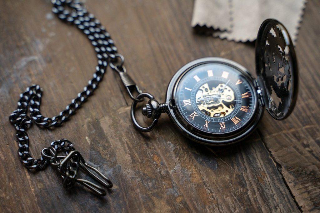 cadena o leontina de color negro con pinza o garra