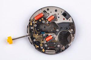mecanismo a pilas de un reloj de bolsillo