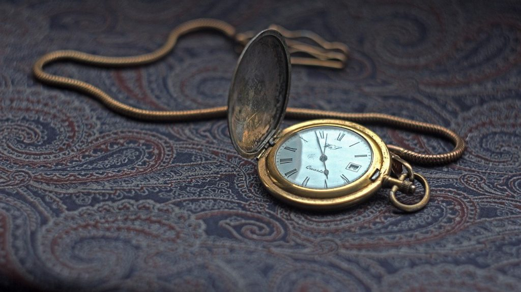 reloj de bolsillo con cubierta y cadena