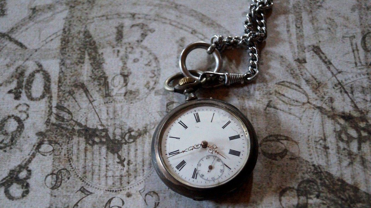 reloj de bolsillo de cara abierta con cadena